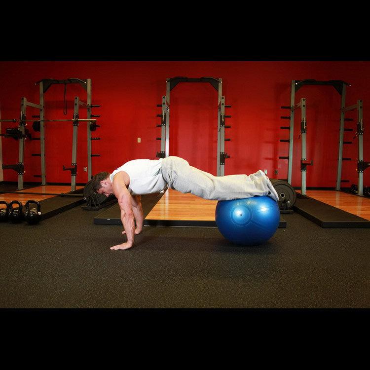 Упражнение подтягивание ног к груди на фитболе